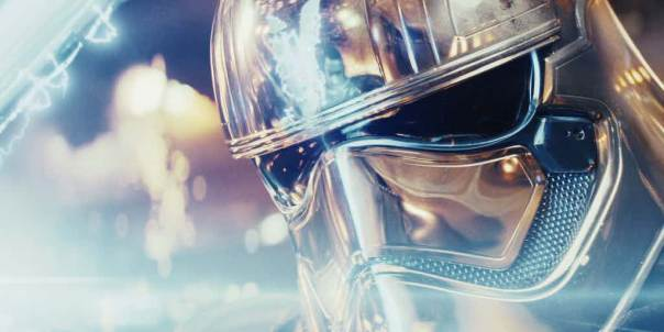 star-wars-the-last-jedi-finn-vs-phasma-phasma-fighting-finn-reflection-helmet