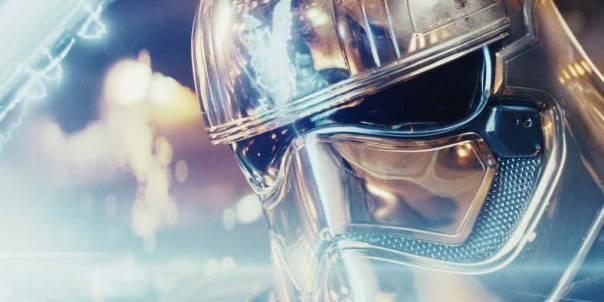 star-wars-the-last-jedi-finn-vs-phasma-phasma-fighting-finn-reflection-helmet